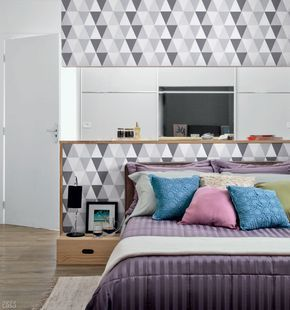 40 projetos de MINHA CASA que utilizam papel de parede - Casa  Projeto de Paulo Castellotti. Papel de parede: Triângulo Frios na cor cinza. Panólotras, R$ 28 o rolo (60 cm de largura)