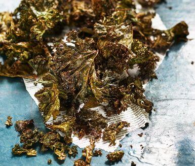 Trendiga grönkålschips är suveräna snacks som gör livet enklare att må bra. Oregano och vitlök sätter extra smak på de krispiga grönkålschipsen som du smidigt  tillagar i ugnen.