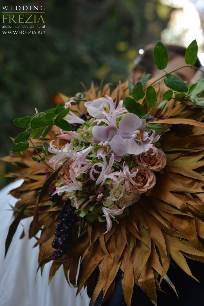 O nuntă de toamnă poate fi una de poveste! Lasă-te inspirată de lumina aurie și nuanțele calde ale frunzelor și combină-le cu nuanțe pudrate de roz și violet pentru o schema de culori rafinată! Buchet de mireasă în nuanțe pudrate de roz combinate cu straluciri metalice de cupru. Design floral/ www.frezia.ro Photo/ Florin Cristache Make-up/ Alexandra Giuca