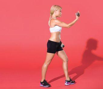 Debout, pieds décalés, le pied gauche devant le pied droit, un poids dans chaque main. Reste la main gauche sur le devant de la cuisse gauche; étendre le bras droit derrière vous, paume vers le bas. Détendez-bras droit en avant comme si vous lanciez une boule de bowling (comme indiqué). Bras inférieur. Faites 20 répétitions. Changez de côté; répéter.