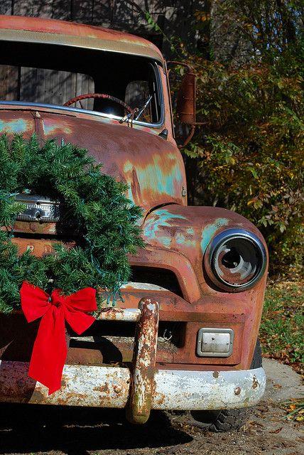 Een oude versierde pick-up