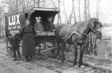 Deze foto is gemaakt omstreeks 1920.  V.l.n.r.: zoon Lubbert, Tj.P. van Akker- Venema, dochter Boodske en Albert van Akker, deze onderhield een beurtdienst tussen Bergumerheide-Hardegarijp en Leeuwarden.