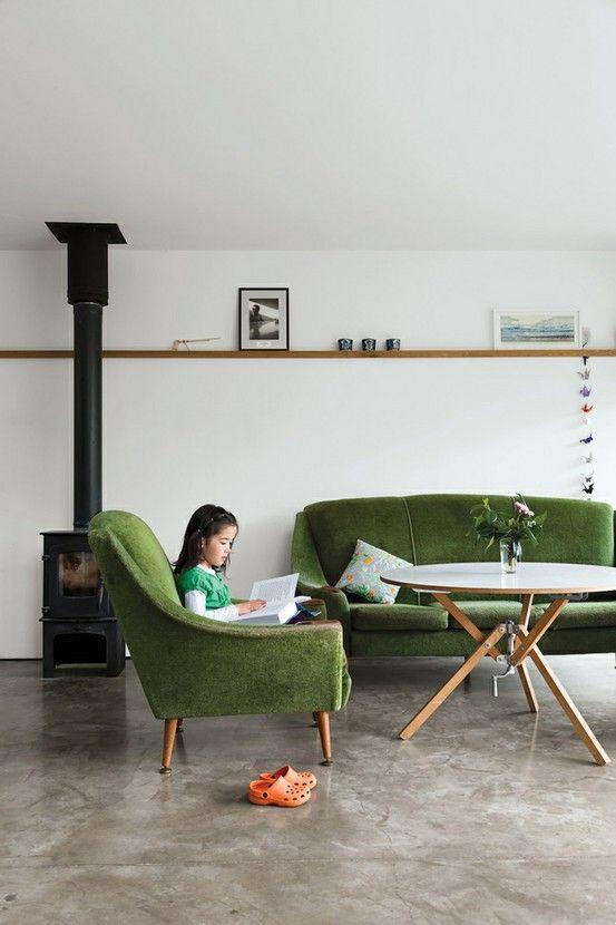 Groene bank en fauteuil voor en rustige sfeer
