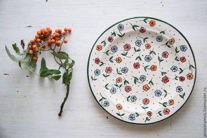 Купить или заказать Цветочный луг. Тарелка пищевая, керамика. в интернет-магазине на Ярмарке Мастеров. Керамическая тарелочка полностью ручной работы. Можно использовать для сервировки стола и для подачи блюд. Отлично подойдёт для ягод, фруктов, овощей или зелени, для лёгких салатов - цветочный орнамент хорошо тому соответствует :) На заказ можно сделать несколько штук или набор. Возможны разные цветовые варианты!