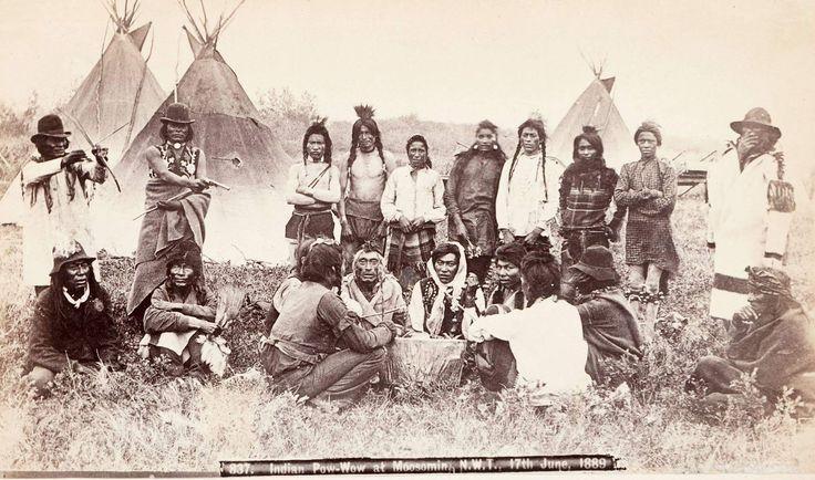 Группа индейцеа ассинибойнов. Поблизости от Масумин, Северо-Западные территории, Канада. 1889