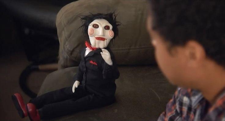 Vivendo com o Jigsaw: um comédia com o boneco de Jogos Mortais: se liguem nesta comédia com o boneco #Jigsaw, do filme Jogos Mortais, no maior estilo #badass.  #FFCultural #FFCulturalCinema #FFCulturalHumor #Saw #Humor #Curta