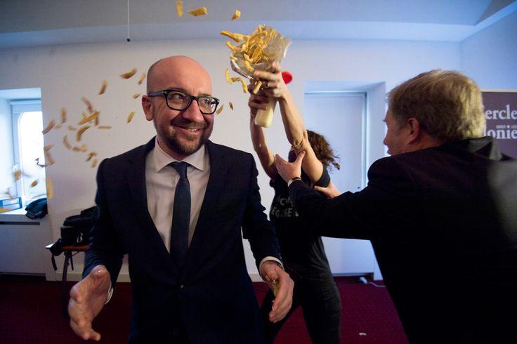 Il primo ministro Charles Michel viene colpito da patatine e maionese lanciate dalle attiviste del gruppo femminista LilithS, nella città di Namur, in Belgio.  - Laurie Dieffembacq, Afp