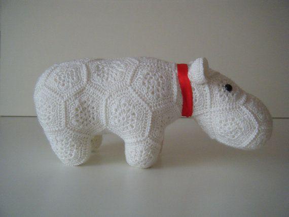 Gehaakt nijlpaard bestaande uit African Flowers door HandmadebyFieke