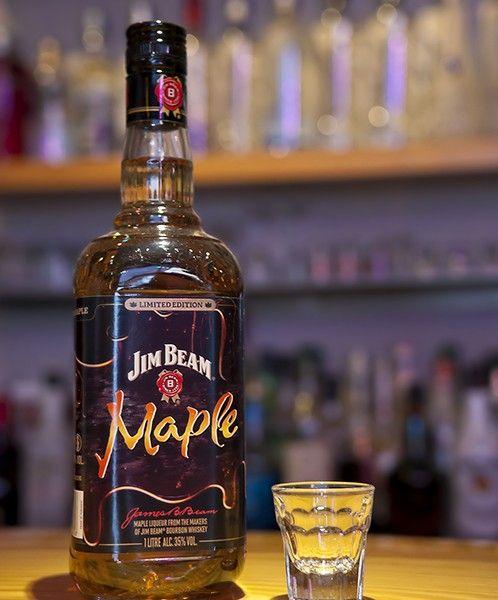 Το Jim Beam Maple είναι το πρώτο bourbon με αρώματα σφενδάμου. Φτιαγμένο με Jim Beam τεσσάρων ετών, πίνεται σκέτο ή με κάποια μίξη της επιλογής σας.