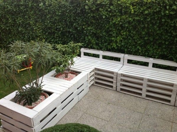Pallet sofa and planter in the garden / chair.. Think I will have a go at this for one of the vacation holiday rental gardens! (Might need more pallets!) www.chichesterselfactering.co.uk for your holidays, short breaks and beach holidays in West Sussex, UK.