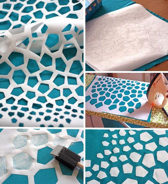 découpez les formes que vous souhaitez sur votre papier sulfurisé, vous le posez sur votre textile et repassez quelques minutes (vous allez voir, c'est magique, le papier se colle à la fibre de tissu…). Il ne vous reste plus qu'à appliquer votre peinture à l'aide de votre tampon.