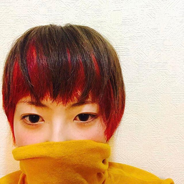 WEBSTA @ maamii5410 - インナーカラーでがっつり赤を入れてもらった♪ちょっとはおぼこなった?? #美容院#カット#カラー#ヘアカラー#赤#インナーカラー#マッシュ#マニックパニック#すっぴん