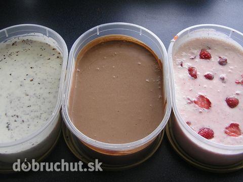 Fotorecept: Jogurtová zmrzlina 500 ml biely jogurt 500 ml smotana na šľahanie 5 PL práškový cukor kakao jahody čokoláda šľahačku vyšľaháme, pridáme cukor a už bez šľahania zamiešame jogurt.