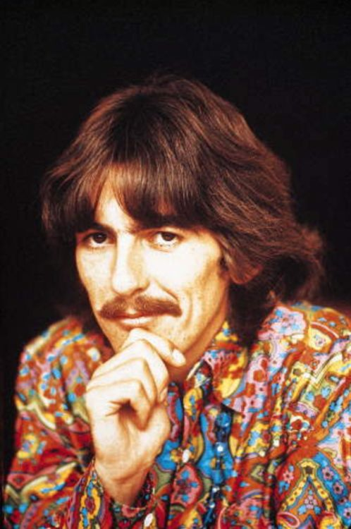 """George Harrison Foto © Apple Corps Ltd """"'George [Harrison], radiante in camicia e pantaloni a fiori, lunghi capelli fluenti e baffi folti, accese una bagnato giorno triste Londra con i suoi abiti, la sua cordialità e il calore delle sue risposte.'- Melodia..."""