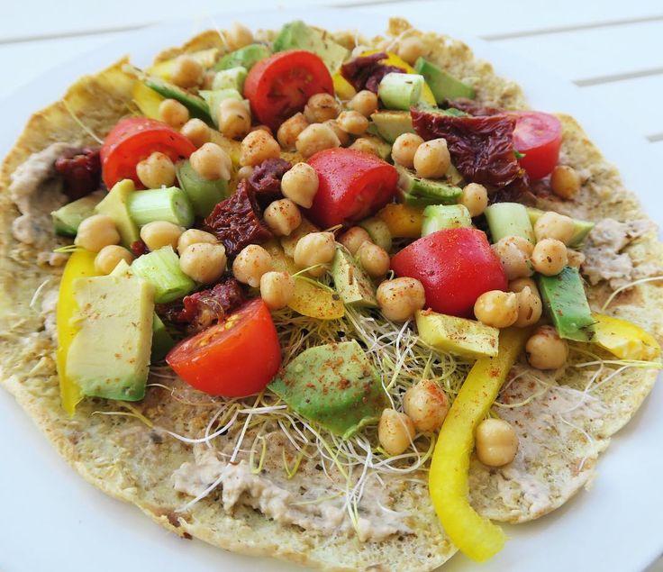 Tip: je pannenkoek eens beleggen met hartig beleg. Recept + voedingswaarden van deze (vega) variant met hummus en avocado nu online 💚 #fitwithmarit #linkinbio