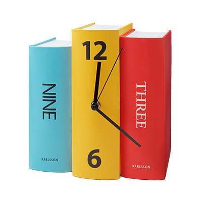 Cute clock! I'm thinking I could make this with hollowed books and a clock kit. Hmm.....