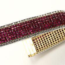 Rubin- og diamantarmbånd af 18 kt. guld og hvidguld prydet med talrige carréslebne rubiner og brillantslebne diamanter på i alt ca. 4.60 ct. Rom, ca. 1980-90.