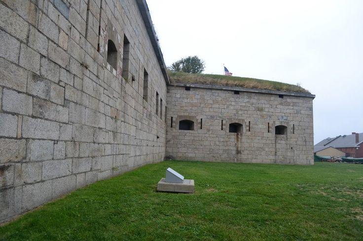 Форт Адамс, Род-Айленд (Fort Adams, RI) Первый форт на этом месте построили еще в 1799 году, маленький и скромный. Война 1812 года показала, что надо построить что-то посерьёзнее и побольше. Наняли франзузкого военного инженера Симона Бернарда(Simon Bernard), который был знаменитостью в деле дизайна военных укреплений и служил в свое время у самого Наполеона. Бернард решил строить форт в классическом стиле и решил, что форт должен быть большой.
