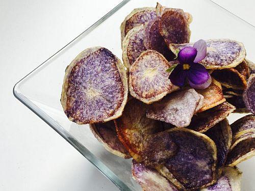Chips di patate blu al forno