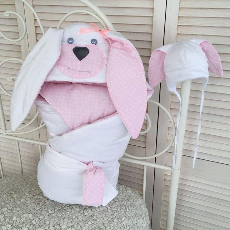 Забавный комплект для новорожденной девочки в подарок Зайка из конверта – одеяла и шапочки с заячьими ушками выполнен вручную. Ушки на уголке и шапочке двухцветные, объемные. Одеяло двухцветное, наполнено утеплителем. Размер 85х85см. Шапочка на удобных завязках, конверт дополнен двухцветной ле