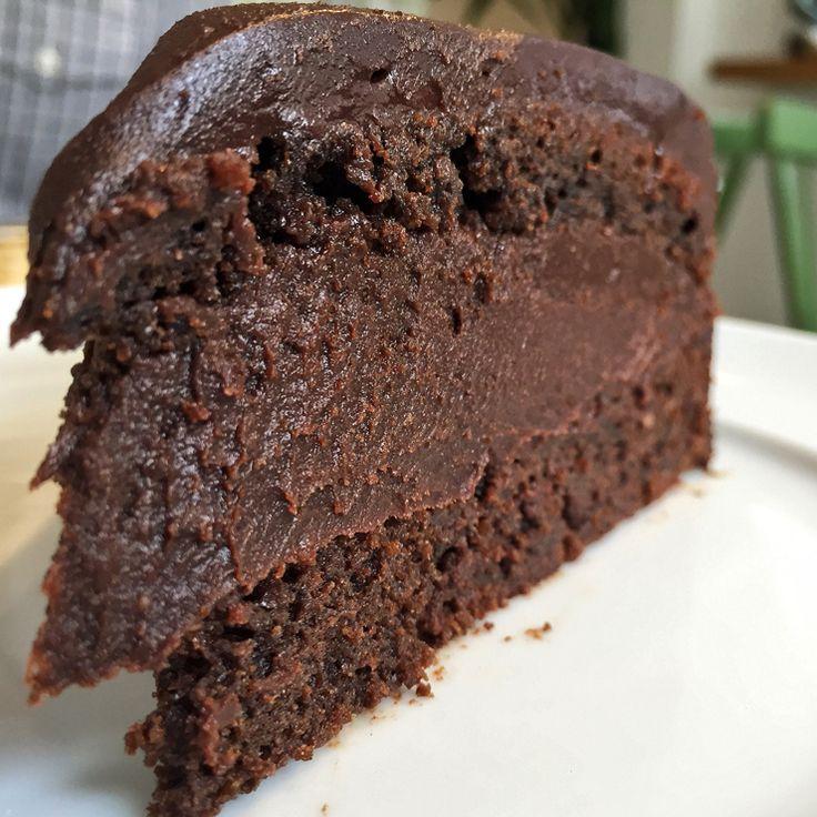 Não pule as sobremesas jamais: são a melhor parte da casa. Delicioso, o bolo brigadeiro é feito com chocolate 75% cacau, leite condensado de amêndoas e massa a base de farinha de arroz (R$ 15).
