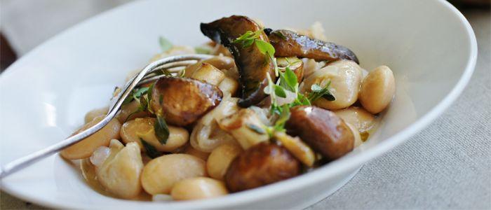 Recept på risotto på vita bönor med smörfräst svamp. Istället för att göra en klassisk risotto används här färdigkokta bönor som bas. Smakar underbart gott!
