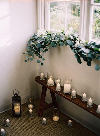窓辺にグリーンを這わせておとぎ話のよう。大きめの丸い葉っぱがかわいらしく、キャンドルとともに窓辺のコーディネートにうっとりしてしまいます。