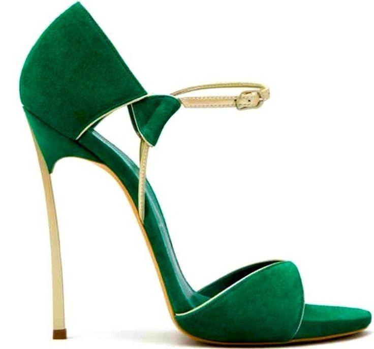 Andaria necesitando un par de estos... GUCCI, green & gold heels <3
