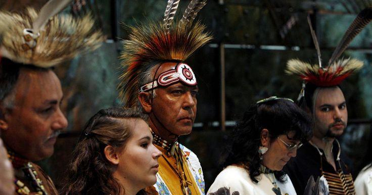 Crenças espirituais e religiosas dos índios Powhatan. As muitas tribos e vilas dos índios americanos Powhatan espalhadas no estado de Virgínia eram conectadas pelas crenças espirituais e religiosas comuns, entranhadas em suas comunidades e sua cultura. A vida religiosa dos Powhatan tinha seu centro no mundo natural e nas forças espirituais nele existentes, que afetavam o clima, as safras, a caça e a ...