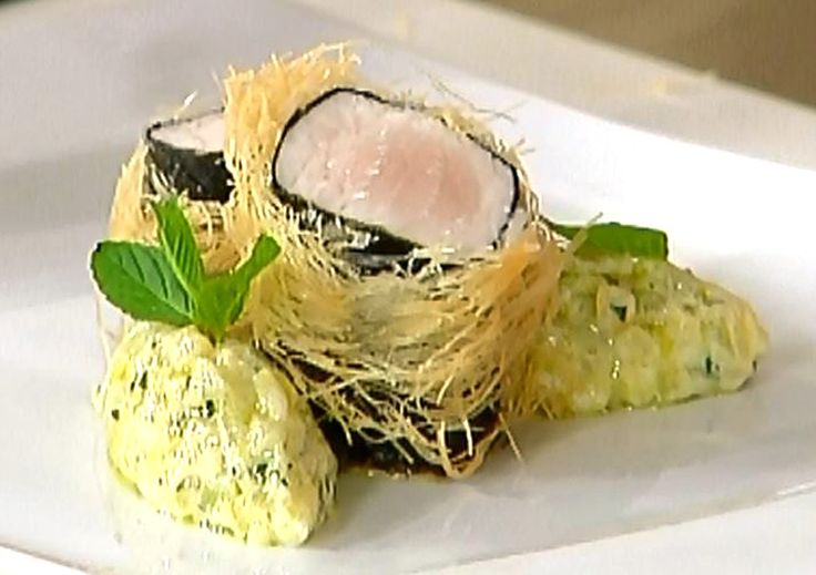 Lo chef stellato Daniele Usai ci propone una sua ricetta con il pesce spada, servito con un contorno di melanzane alla greca, condite con yogurt e menta