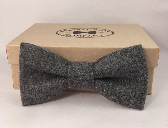 x N. Questi mano in lana tweed cravatte dallofferta di Belfast Bow Company la perfetta finitura di un gentiluomo vestito formale o vestito.  Sono presentati in una scatola di presentazione finita bella mano, che li rende un regalo ideale. Modifica del regalo incluso.  I nostri archi utilizzano una chiusura a clip e possono essere regolati per adattarsi a quasi tutte le dimensioni del collo.