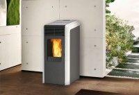 Η Bora είναι μία σόμπα pellet με πρωτότυπο σχεδιασμό, κεκλιμένο καπάκι και δυνατότητα παροχής του θερμού αέρα αποκλειστικά σε αεραγωγούς.