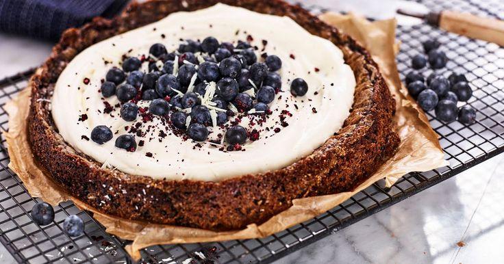 En kladdkake-sensation med blåbär som bryter av fint mot den vita chokladen. Lite malen kardemumma ger extra kryddighet.