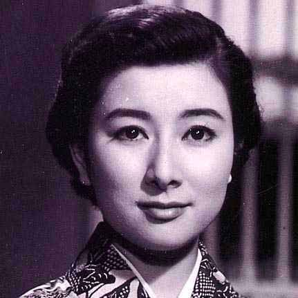 着物姿で真っすぐ前を見つめる若い頃の山本富士子