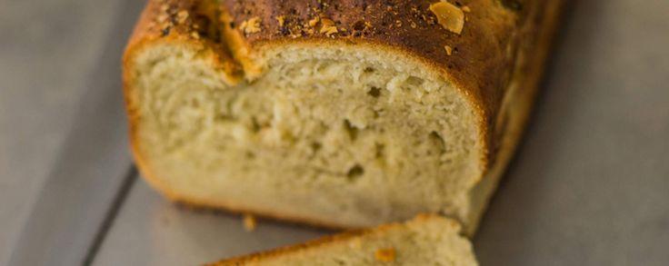 ZOET BROOD BAKKEN MET DIT RECEPT MET AMANDELMELK, KOKOS EN BANAAN Het zoete brood met een mooi goudbruine korst