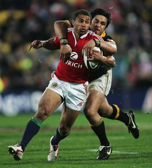 Piri Weepu tackles Jason Robinson June 2005