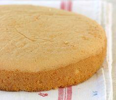Elke bakster moet weet hoe om 'n basiese sponskoek te bak. Hierdie maklike resep sal jou nie in die steek laat nie. Deur Vickie de Beer