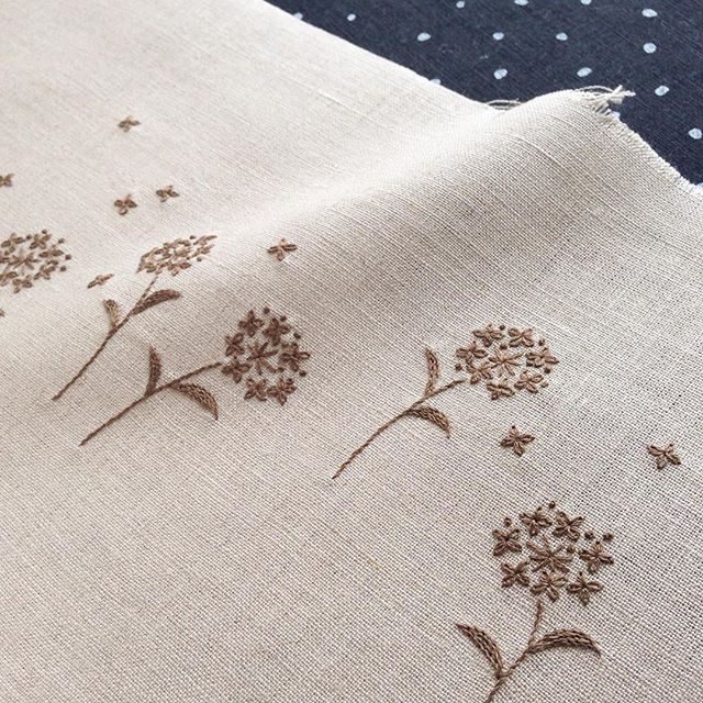 Simple brown on beige floral embroidery 今日の刺繍はこんな感じ。皆さまの期待を裏切り1色の刺繍です(#^.^#)