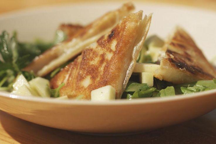 Geitenkaas, honing, mosterd en vers plukfruit zijn op veel manieren de beste maten. Ik bak enkele schijfjes van de pittige kaas in een vel brickdeeg, tot het krokante hartige enveloppen zijn. Serveer ze als hartige lunch in combinatie met een fruitsla van appel en peer van bij ons en rucola met peterselie. Een simpele mosterd-honingvinaigrette maakt het helemaal af. Wedden dat er om een bis-nummer gevraagd wordt?