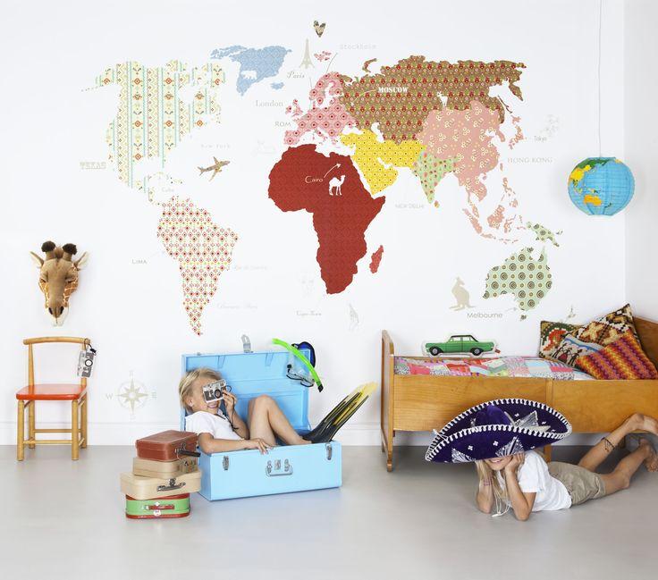 Upptäck vår fina värld med barntapeten Whole Wide World! Fäst foton och vykort från platser ni besökt eller färst utklipp till platser ni har kvar att upptäcka!