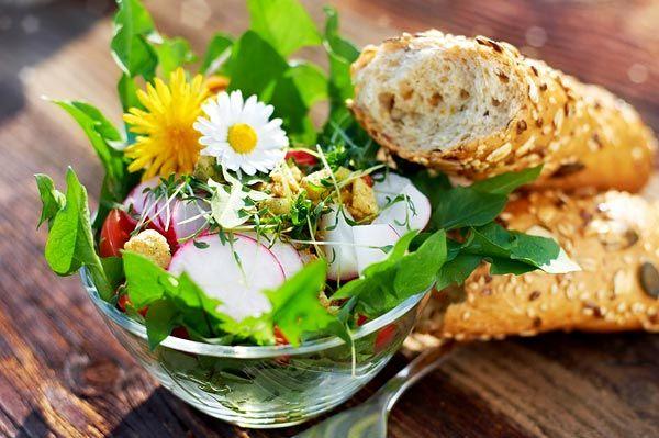SOUND: https://www.ruspeach.com/en/news/14067/     Салат из одуванчиков - это отличное летнее блюдо, богатое витаминами. Для его приготовления возьмите один огурец и одну редиску, пучок листьев одуванчика, одну столовую ложку миндаля и ржаные сухарики. Для соуса вам понадобятся одна столовая ложка оливкового масла, одна чайная ложка винного уксуса, одна чайная ложка горчицы, одна чайная ложка меда и одна чайная ложка соевого соуса.      Dandelion Salad is an excellent summer