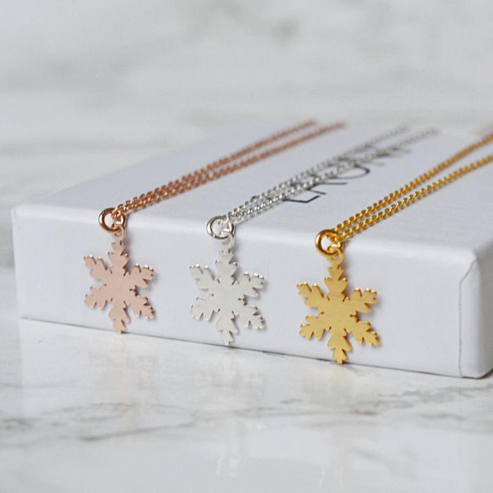 Naszyjnik płatek śniegu z różowego złota. Zobacz na: https://laoni.pl/naszyjnik-platek-sniegu-z-rozowego-zlota #śnieżynka #zima #prezent #zima #biżuteria
