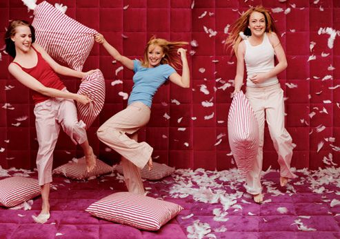 Is it just me, or is this Lindsay, Hilary and... Scarlett? would love a sleepover room like this!