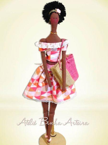 Tilda é uma marca de artesanato iniciada pela designer norueguesa Tone Finnanger, em 1999. Esta linda Negra ou AFRO é uma releitura da Boneca Tilda!!! Ela é confeccionada toda em tecido, cabelo de lã e enchimento de fibra acrílica. Tamanho : ...