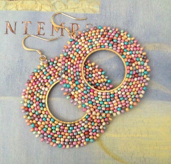 Perle graine Hoop boucles d'oreilles pré de fleurs sauvages - grande perles créoles - boucles d'oreilles perles