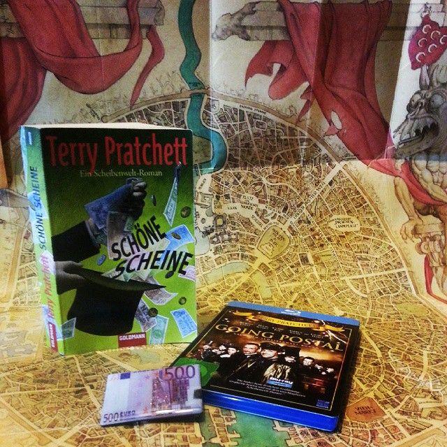 Schöne Scheine von TerryPratchett. Ein Besuch auf der Scheibenwelt lohnt sich immer. Einer meiner liebsten männlichen Charaktere ist Feucht von Lipwig (den Patrizier gibt es gratis dazu) #booksofmarch  #scheibenwelt #TerryPratchett #FeuchtVonLipweg #fantasy  #lesen