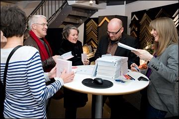 Billedkunstner Gunilla Holm Platou og tekstforfatter Dag Evjenths nye bøker Kjærlighet og Vennskap utgitt på Schibsted Forlag - fikk mange nye eiere på kunstnerkveld i regi av fineArt//Kunstklubben AS, onsdag 9.februar 2011.