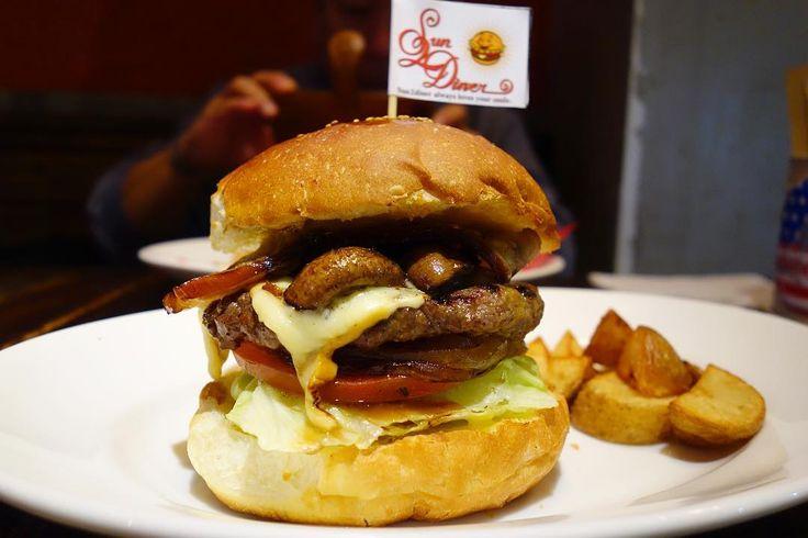 今夜は珍しくレギュラーメニューブラウンマッシュルームバーガーにベーコントッピングスモーク大好きなのでチーズはスモークチーズをチョイススモークチーズとスモーキーな自家製ベーコンジューシーなブラウンマッシュルームの至高の組み合わせこのめっちゃ好きだわ #food #foodporn #meallog #burger #burger_jp #ハンバーガー # #tw