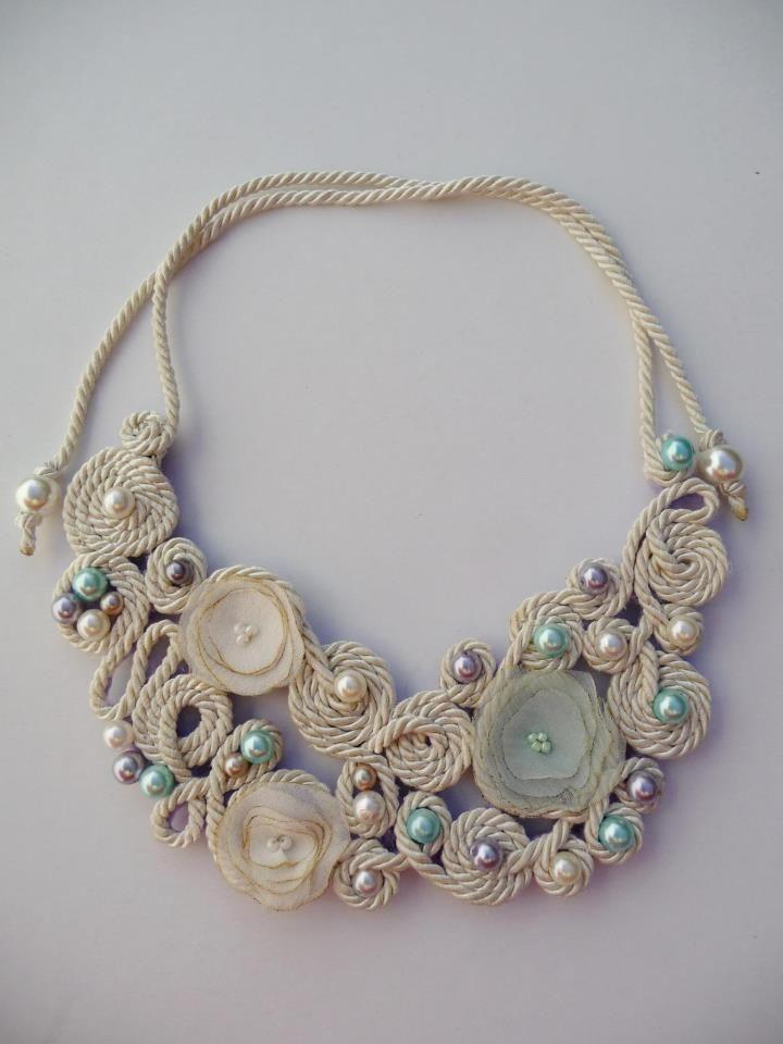 Colar em fio de seda, totalmente cosido à mão, com pérolas, missangas e flores em tecido./ Silk necklace, fully hand-stitched with pearls, beads and fabric flowers