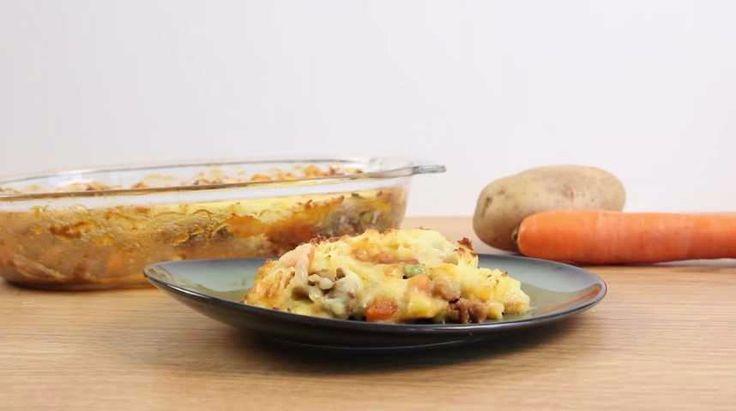 Aujourd'hui, notre chef vous donne sa recette de hachis parmentier allégé aux légumes que vous allez tout simplement adorer ! Un plat délicieusement équilibré, composé d'ingrédients light et aussi très bon pour notre santé. Elle est tellement facile à préparer que vous allez complètement l'adopter cet été. Voici comment faire ce plat : brossez 400 g de pommes de terre et faites-les cuire dans une casserole d'eau bouillante salée. Une fois cuite, égouttez, pelez puis écrasez-les en purée, ...